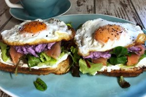 eggs-breakfast-smoked salmon-toast-meal-recipe-salad-Iceberg Salat Centar