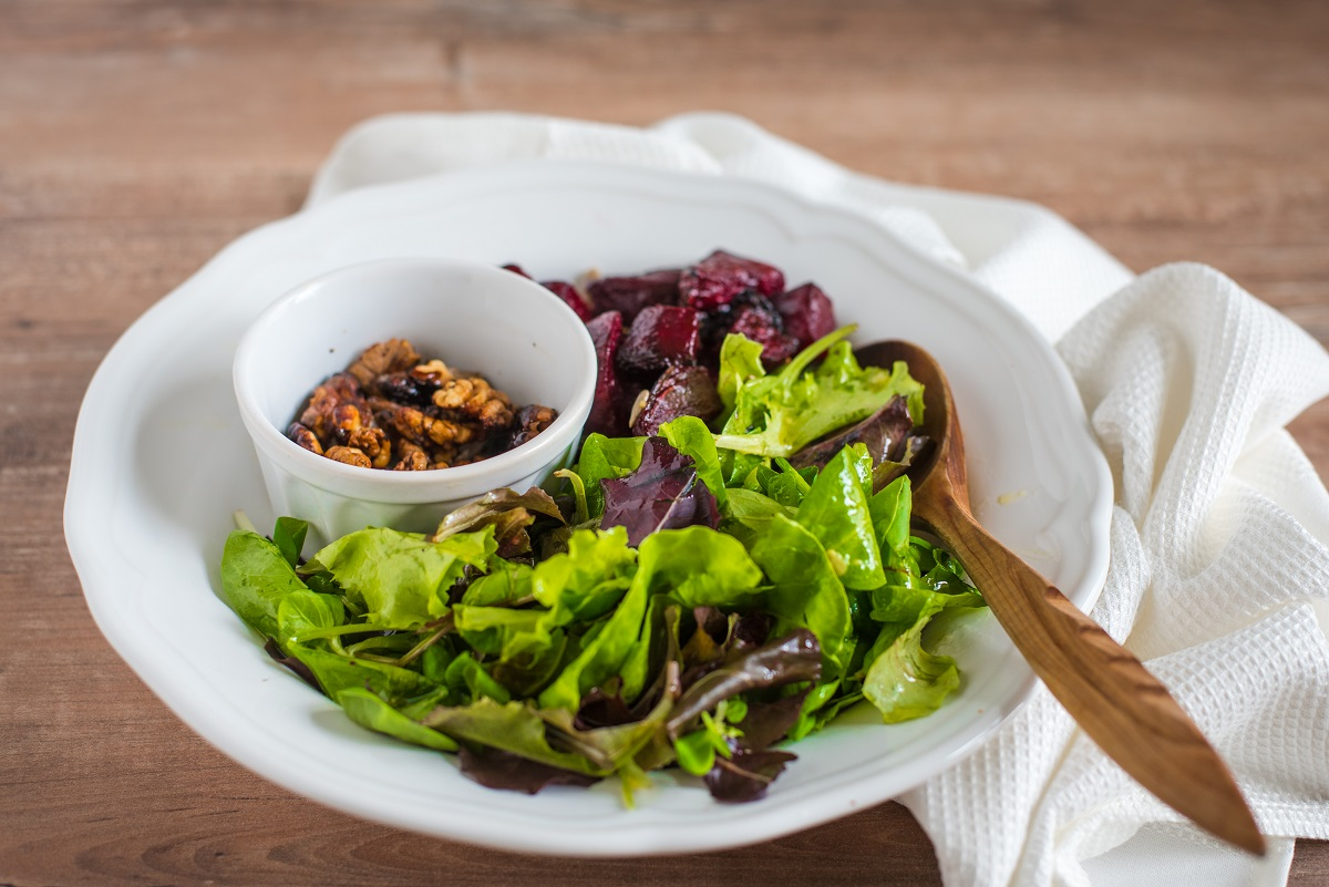 beets-beetroot-beetroot salad-salad-lettuce-walnuts-caramelized walnuts-lunch-meal-dinner-recipe-Iceberg Salat Centar