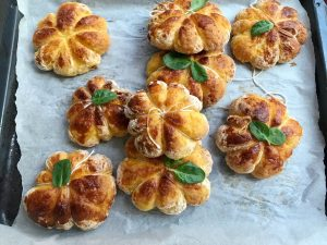 pumpkin-pumpkin buns-snack-autumn-lunch-dinner-Halloween-holiday-recipe-Iceberg Salat Centar