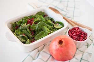 baby spinach and pomegranate salad-pomegranate salad-salad-pomegranate-baby spinach-recipe-lunch-dinner-meal-side dish-snack-brunch-healthy-vegan-raw-vegetarian-super food-recipe-Iceberg Salat Centar